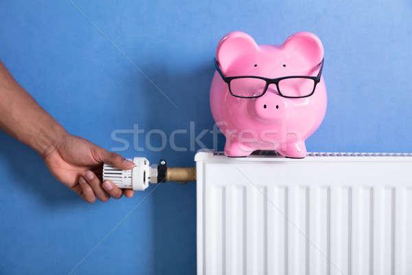 Personas mano termostato alcancía radiador casa Foto stock © AndreyPopov