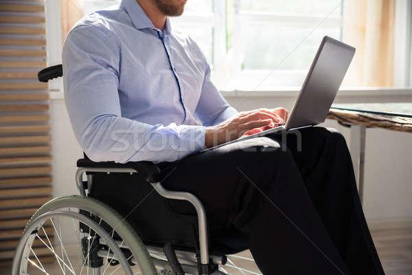 Mozgássérült üzletember laptopot használ ül tolószék üzlet Stock fotó © AndreyPopov