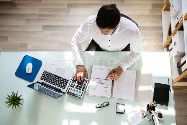 Szczęśliwy biznesmen rachunek powyżej widoku młodych Zdjęcia stock © AndreyPopov