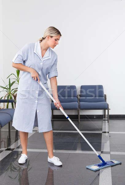 Pokojówka czyszczenia piętrze biuro domu domu Zdjęcia stock © AndreyPopov