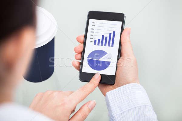 Mobiele telefoon tonen grafiek Stockfoto © AndreyPopov