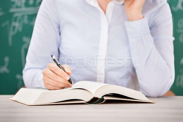 Diligente studente lettura libro classe primo piano Foto d'archivio © AndreyPopov