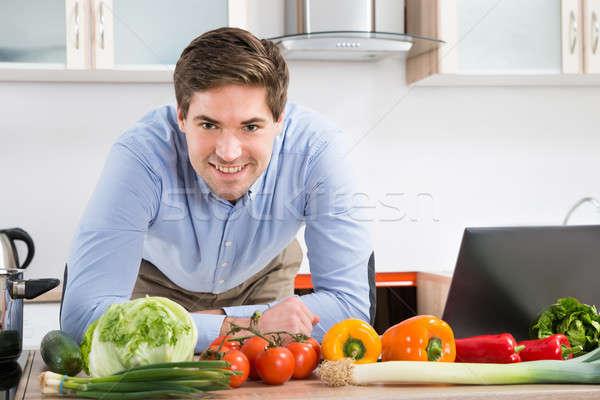 Homem laptop legumes cozinha feliz Foto stock © AndreyPopov