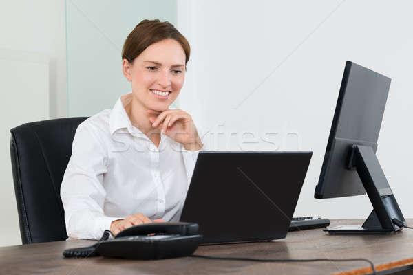 Zakenvrouw werken laptop gelukkig bureau Stockfoto © AndreyPopov