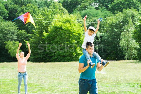 Familie vliegen Kite park genieten kleurrijk Stockfoto © AndreyPopov