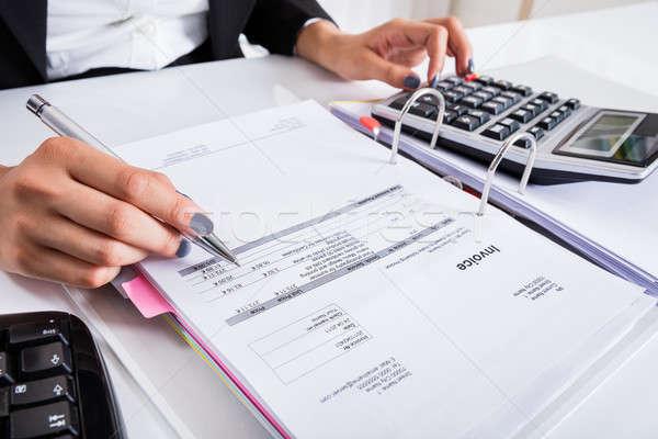 Kobieta interesu rachunek Kalkulator strony biurko Zdjęcia stock © AndreyPopov