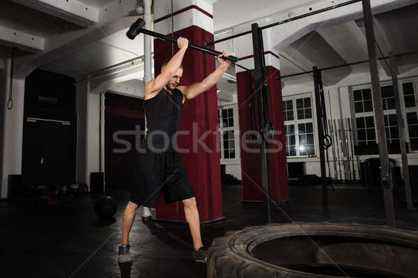 Fitness man trekker band hamer gymnasium Stockfoto © AndreyPopov