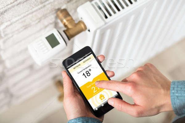 Foto stock: Persona · temperatura · radiador · teléfono · celular · primer · plano · personas