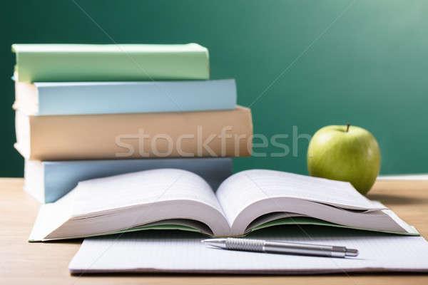 Szkoły podręcznik biurko tablicy żywności Zdjęcia stock © AndreyPopov