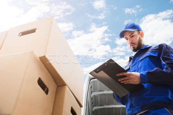 Masculina trabajador pie caja de cartón portapapeles Foto stock © AndreyPopov
