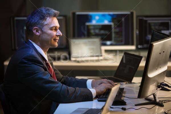 бизнесмен рабочих множественный компьютеры вид сбоку зрелый Сток-фото © AndreyPopov
