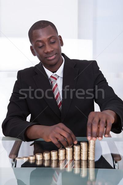бизнесмен монетами портрет молодые африканских столе Сток-фото © AndreyPopov