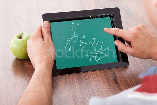 Diák tanul vegyi képletek digitális tabletta Stock fotó © AndreyPopov