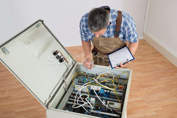 Foto stock: Eletricista · olhando · caixa · clipboard · parede