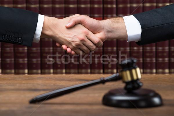 Richter Client Händeschütteln Gerichtssaal Hammer Holztisch Stock foto © AndreyPopov