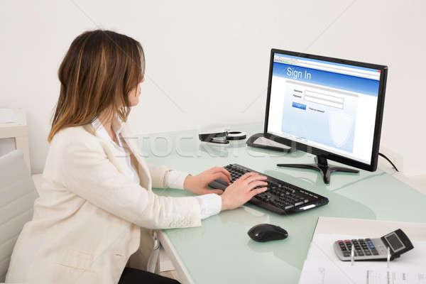 Photo stock: Femme · d'affaires · signature · site · heureux · jeunes · ordinateur