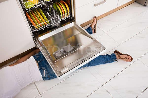 Kadın bulaşık makinesi genç kadın bacak mutfak Stok fotoğraf © AndreyPopov