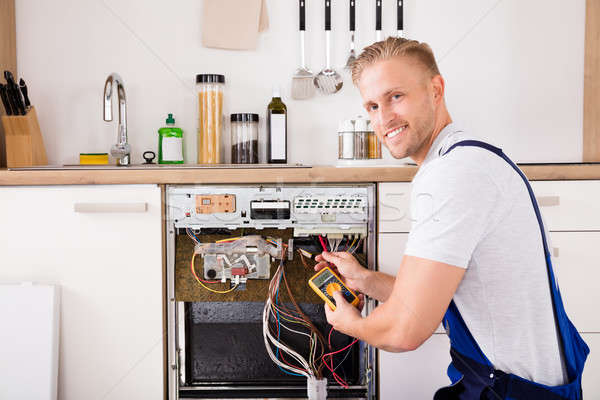 Teknisyen bulaşık makinesi dijital genç erkek adam Stok fotoğraf © AndreyPopov