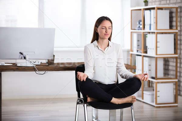 Foto stock: Mujer · de · negocios · meditación · jóvenes · sesión · silla · mujer