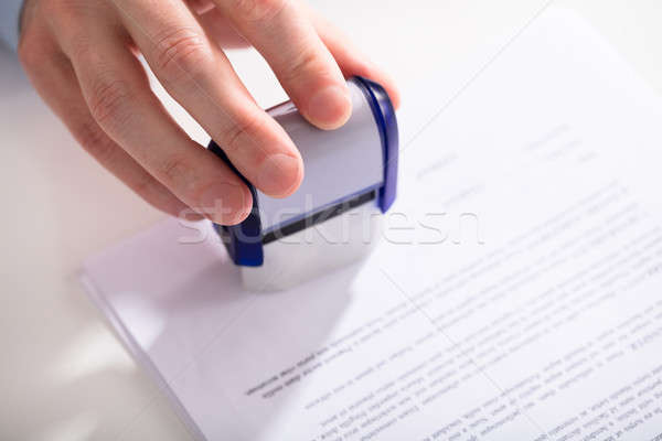 Homme d'affaires document main papier travaux Photo stock © AndreyPopov