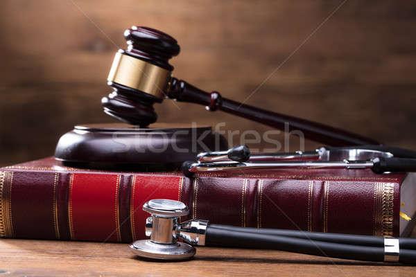 Stockfoto: Rechter · hamer · recht · boek · stethoscoop
