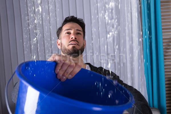 Man emmer water lekkage Stockfoto © AndreyPopov