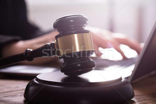 Primo piano martelletto giudice utilizzando il computer portatile laptop sicurezza Foto d'archivio © AndreyPopov