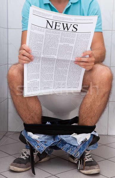 Man toilet lezing krant binnenshuis Stockfoto © AndreyPopov