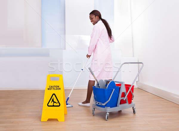 Vrouwelijke huishoudster schoonmaken vloer hotel Stockfoto © AndreyPopov