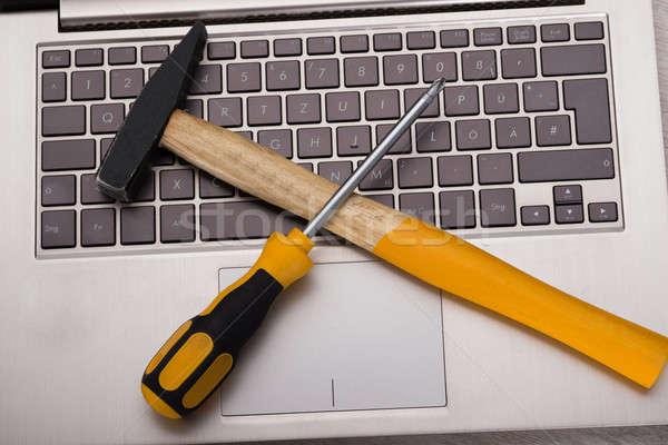 Reparação de computadores chave de fenda martelo computador laptop teclado Foto stock © AndreyPopov