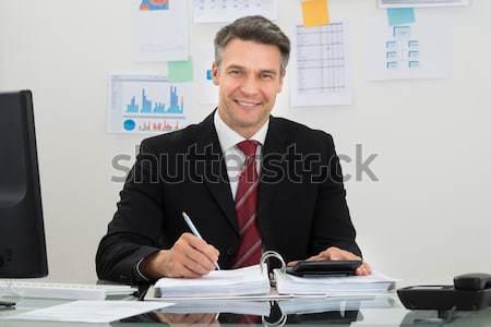 Empresário financiar retrato maduro mesa de escritório homem Foto stock © AndreyPopov