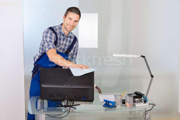 Mężczyzna woźny czyszczenia biuro portret szczęśliwy Zdjęcia stock © AndreyPopov