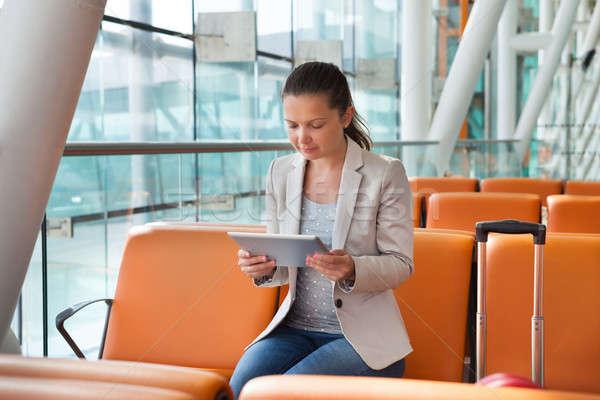 Kobieta interesu cyfrowe tabletka lotniska lobby młodych Zdjęcia stock © AndreyPopov