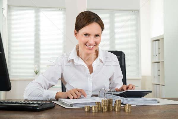 Zdjęcia stock: Kobieta · interesu · rachunek · monet · biurko · młodych · szczęśliwy