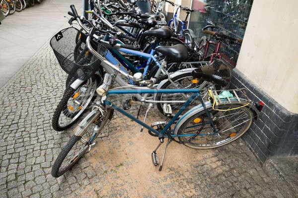Grupy rowery parking rząd miasta ulicy Zdjęcia stock © AndreyPopov