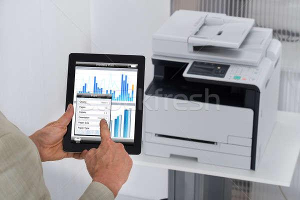 Zakenman print commando digitale tablet afbeelding Stockfoto © AndreyPopov