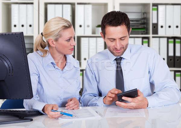 Finansów wraz biurko mężczyzna kobiet Zdjęcia stock © AndreyPopov