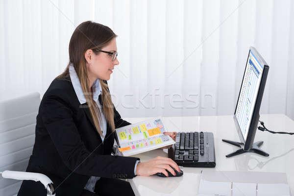 女性実業家 日記 見える コンピュータ 小さな リスト ストックフォト © AndreyPopov