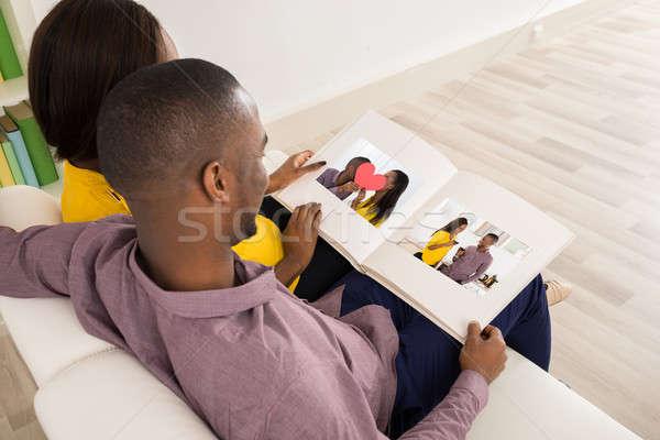 Para patrząc posiedzenia sofa kobieta Zdjęcia stock © AndreyPopov