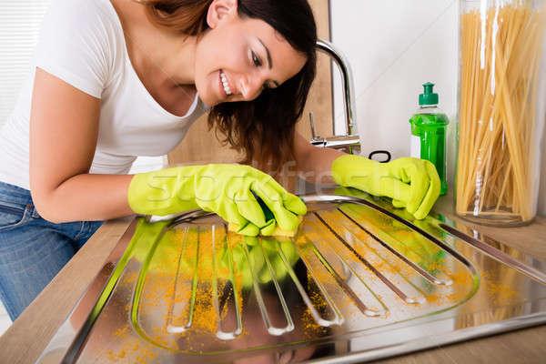 Vrouw schoonmaken roestvrij staal wastafel jonge vrolijk Stockfoto © AndreyPopov