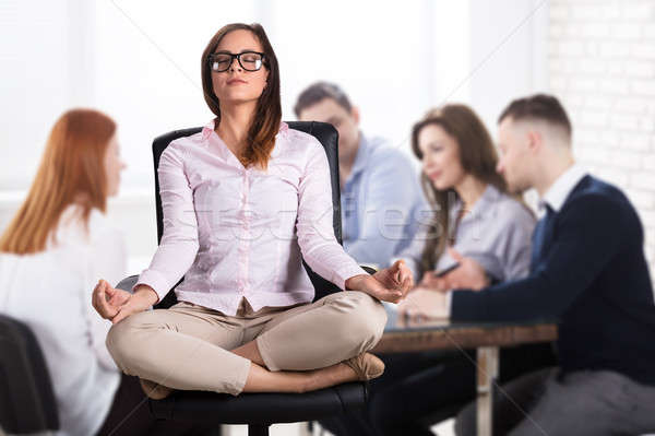 Foto stock: Mujer · de · negocios · meditando · oficina · sesión · silla