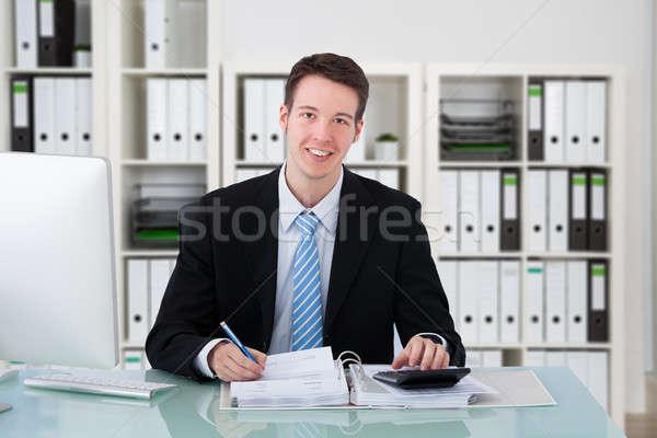 Jóvenes contador de trabajo oficina retrato feliz Foto stock © AndreyPopov