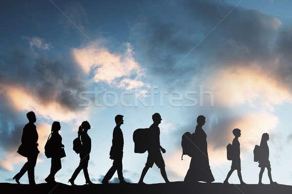 Personas equipaje caminando silueta mujeres Foto stock © AndreyPopov