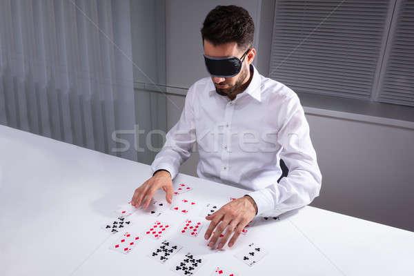 Geblinddoekt zakenman lezing kaarten kantoor witte Stockfoto © AndreyPopov