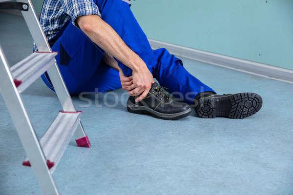 El ulağı dokunmak yaralı bacak düşen adam Stok fotoğraf © AndreyPopov