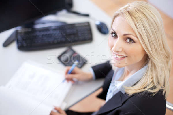 Belle femme d'affaires bureau travaux stylo Photo stock © AndreyPopov