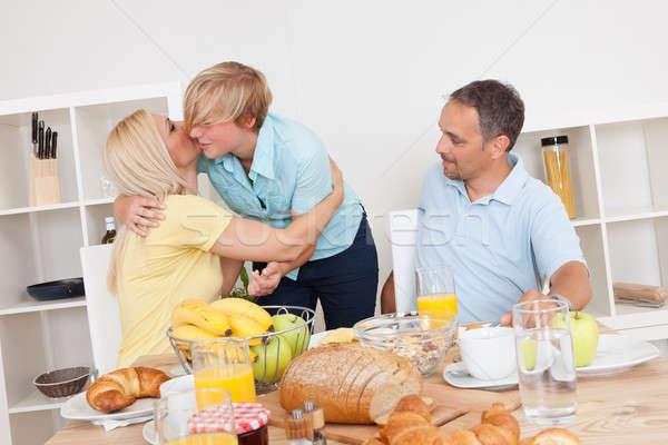 Matka córka cieszyć się przytulić śniadanie tabeli Zdjęcia stock © AndreyPopov