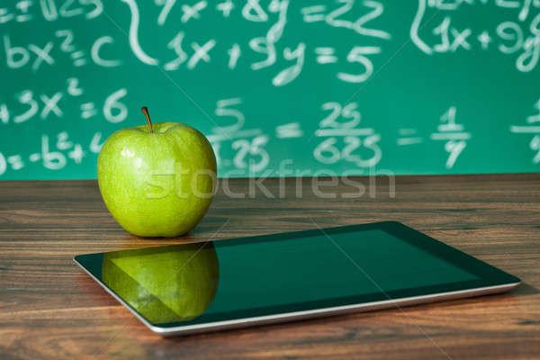 Foto stock: Comprimido · maçã · secretária · lousa · comida · estudante