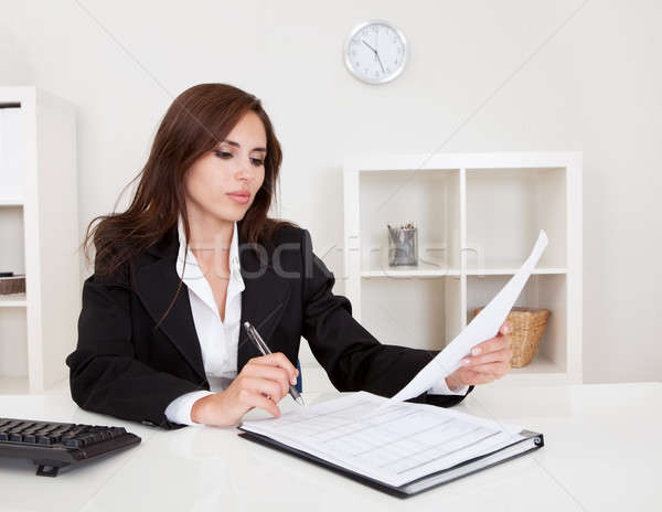 üzletasszony papírmunka portré irodai asztal nő nők Stock fotó © AndreyPopov