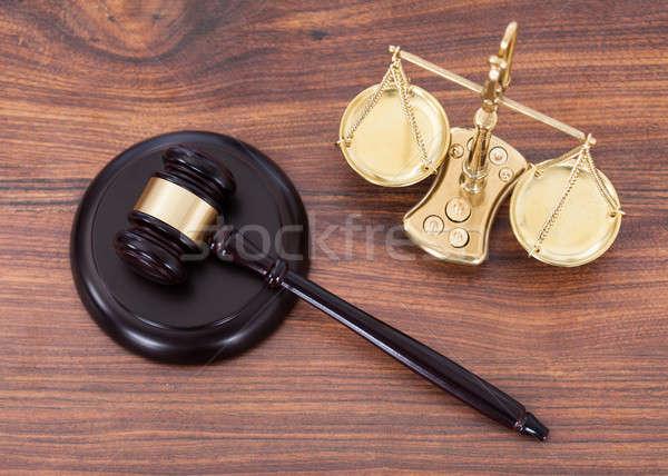 Сток-фото: молоток · Весы · деньги · столе · судья